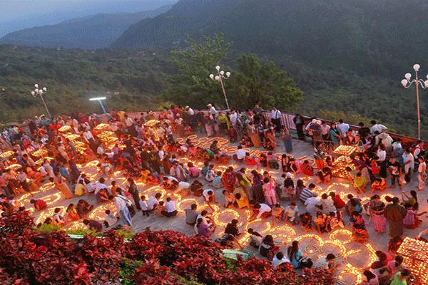 The lively hilltop gilded pagoda festival